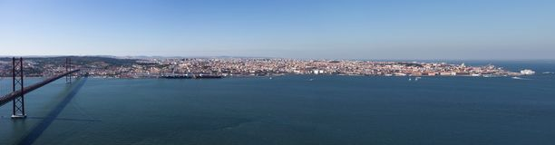 Vista panoramica di Lisbona con i 25 de Abril Bridge sopra il fiume di Tejo, Portogallo fotografie stock libere da diritti