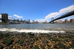 Vista panoramica di Manhattan fra il ponte di Brooklyn ed il ponte di Manhattan Fotografia Stock