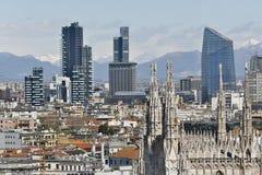 Vista panoramica di Milano con il nuovo orizzonte della cupola e Immagine Stock