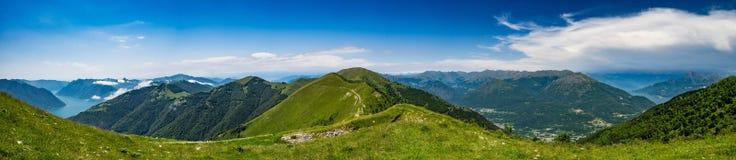 Vista panoramica di Monte Galbiga, del lago Como, del lago di Lugano e del surr fotografia stock