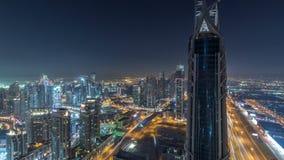 Vista panoramica di notte del Dubai delle torri moderne del centro del timelapse dalla cima nel Dubai, Emirati Arabi Uniti video d archivio