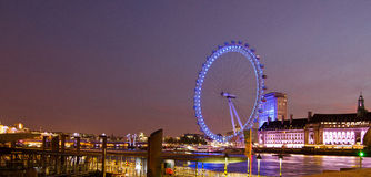 Vista panoramica di notte dell'occhio di Londra fotografie stock