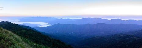 Vista panoramica di orizzonte con foschia e la montagna a Doi Pha Hom Pok, la seconda più alta montagna in Tailandia, Chiang Mai, Fotografie Stock