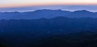 Vista panoramica di orizzonte con foschia e la montagna a Doi Pha Hom Pok, la seconda più alta montagna in Tailandia, Chiang Mai, Immagine Stock
