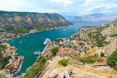 Vista panoramica di paesaggio urbano in baia di Cattaro, Montenegro Immagine Stock
