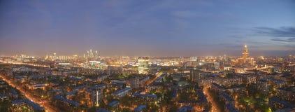 Vista panoramica di paesaggio urbano di notte di Mosca Fotografia Stock