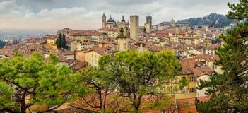 Vista panoramica di paesaggio urbano di vecchia città di Bergamo, Italia Immagine Stock