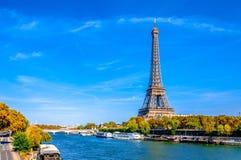 Vista panoramica di Parigi con la torre Eiffel ed il fiume Sein immagini stock