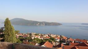 Vista panoramica di piccola città europea nel Montenegro Fotografia Stock Libera da Diritti