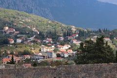 Vista panoramica di piccola città europea nel Montenegro Immagini Stock Libere da Diritti