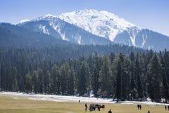 Vista panoramica di piccolo villaggio AMO del bello paesaggio della montagna fotografia stock