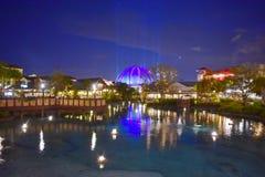 Vista panoramica di Planet Hollywood con i raggi luminosi blu ed i pali della luce che galleggiano sul lago nel lago Buena Vista immagine stock