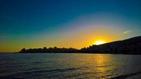 Vista panoramica di tramonto alla città di Saranda ed alla baia del mare ionico, Albania immagini stock libere da diritti
