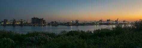 Vista panoramica di un cielo e di un'industria crepuscolari in Europoort, vicino a Rotterdam, i Paesi Bassi immagini stock