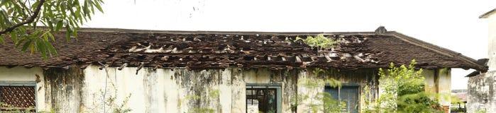 Vista panoramica di un tetto incrinato, eroso e crollato di vecchia casa o negozio nel Laos Fotografia Stock