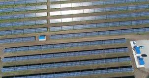 Vista panoramica di una centrale elettrica solare, file dei pannelli solari, pannelli solari, vista aerea alla centrale elettrica stock footage