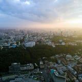 Vista panoramica di una città moderna al tramonto Quadrato postale, distretto di Podol, centro urbano di Kiev, Ucraina Siluetta d immagine stock libera da diritti