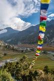 Vista panoramica di una valle della montagna con le bandiere pregare Immagine Stock Libera da Diritti