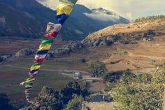 Vista panoramica di una valle della montagna con le bandiere pregare Fotografia Stock Libera da Diritti