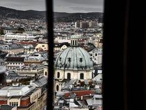 Vista panoramica di Vienna dietro una finestra immagine stock libera da diritti
