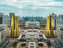 Vista panoramica elevata della città sopra Astana nel Kazakistan con le torri dorate aka le latte di birra e il Ak di costruzione fotografia stock libera da diritti