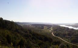 Vista panoramica epica dalla collina alta con il fiume e la strada stretta fotografia stock