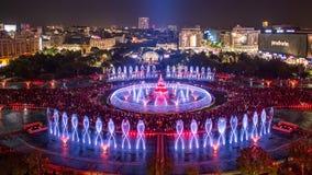 Vista panoramica 2018 fontana quadrata centrale di Unirii della città di Bucarest della nuova e orizzonte della città di notte fotografie stock libere da diritti