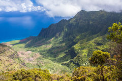 Vista panoramica grandangolare della valle di Kalalau sulla costa del Na Pali di Kauai, Hawai Preso dall'allerta di Pu'u O Kila F Immagini Stock