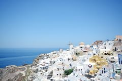 Vista panoramica, isola di Santorini, case bianche tradizionali e famose e chiese con le cupole blu sopra la caldera, mar Egeo fotografia stock libera da diritti