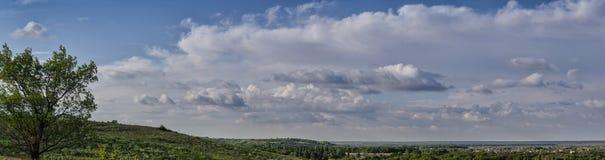 Vista panoramica Paesaggio di una valle pittoresca e degli alberi verdi con il piccolo villaggio ai precedenti del cielo blu Fotografia Stock Libera da Diritti