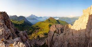 Vista panoramica piacevole delle alte montagne immagini stock libere da diritti