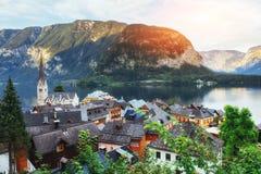 Vista panoramica scenica del paesino di montagna famoso nelle alpi austriache hallstatt l'austria Fotografie Stock