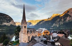 Vista panoramica scenica del paesino di montagna famoso nelle alpi austriache hallstatt l'austria Fotografia Stock Libera da Diritti