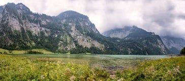 Vista panoramica scenica di Konigssee in Baviera un il giorno nebbioso Fotografia Stock Libera da Diritti