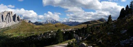 Vista panoramica scenica meravigliosa nelle dolomia dal passaggio della strada di sella Fotografia Stock