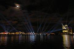 Vista panoramica sopra il Daugava del fiume della alla mostra colorata multi dello spettacolo di luci fotografia stock