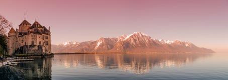 Vista panoramica sopra il tramonto sanguinoso alle montagne svizzere di Alpes, al lago Leman ed al vecchio castello, Svizzera fotografia stock