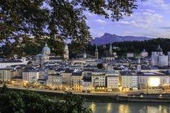 Vista panoramica sopra la città Salisburgo al tramonto Immagini Stock Libere da Diritti