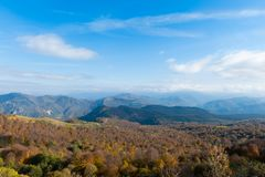 Vista panoramica sopra le montagne di autunno Immagini Stock