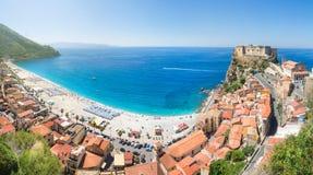 Vista panoramica sopra Scilla con Castello Ruffo, Calabria, Italia Fotografia Stock