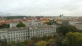 Vista panoramica stupefacente di belle vecchie costruzioni nella città di Zagabria, Croazia stock footage