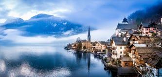 Vista panoramica su Hallstatt e lago con le alpi austriache sui precedenti Immagini Stock Libere da Diritti