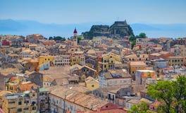 Vista panoramica su vecchia architettura delle costruzioni di case del Greco classico del capitale Kerkyra dell'isola della Greci Fotografie Stock