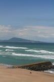 Vista panoramica su vista sul mare scenica dal bordo sulle onde l'Oceano Atlantico con il jaizkibel della montagna in cielo blu e Fotografia Stock