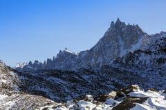 Vista panoramica sui picchi rocciosi di Aiguille du Midi nelle alpi francesi Immagini Stock Libere da Diritti