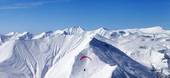 Vista panoramica sul cielo che scivola in alte montagne Fotografie Stock