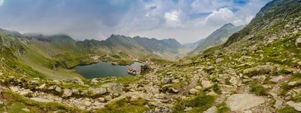 Vista panoramica sul lago Balea e sulla strada di Transfagarasan Immagine Stock