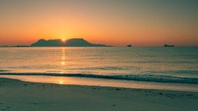Vista panoramica sulla roccia di Gibilterra durante il tramonto e le navi intorno  fotografie stock libere da diritti