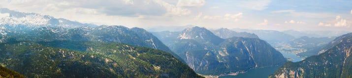 Vista panoramica sulle alpi e sul lago Hallstattersee dal plateau di Krippenstein in alpi austriache Immagini Stock