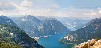 Vista panoramica sulle alpi e sul lago Hallstattersee dal plateau di Krippenstein in alpi austriache Fotografia Stock